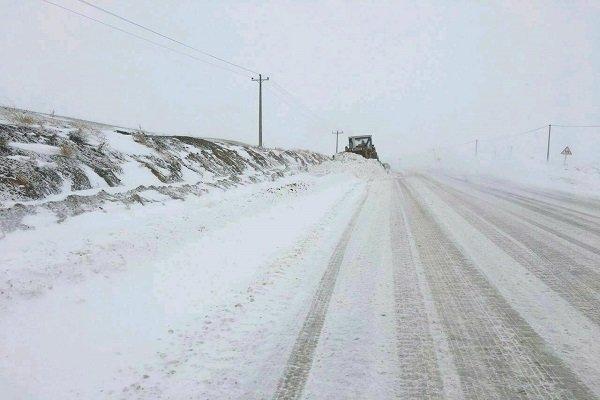 برف و کولاک محورهای آذربایجان غربی را فراگرفت، جاده ها باز است