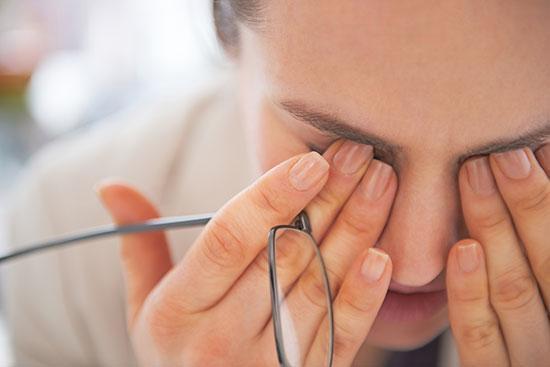 سکته چشمی چیست؟ علائم، علل و راه های درمان آن را بشناسید
