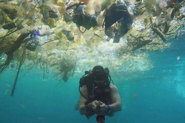 ویدئوی تکان دهنده غواص انگلیسی از دریای زباله در سواحل بالی