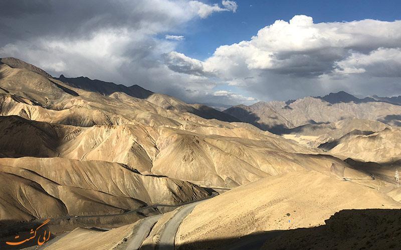 تپه های مغناطیسی هند هر ماشینی را به سمت خود می کشند!!!