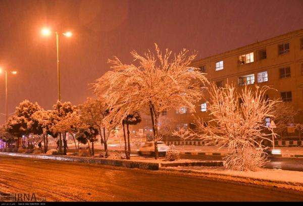 خبرنگاران نخستین برف پاییزی در کلانشهر اصفهان به زمین نشست