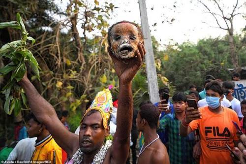 یک مراسم هولناک و تکان دهنده در هند (عکس)