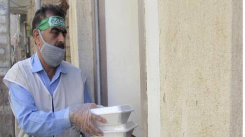 توزیع افطاری به همراه ماسک بین خانواده های کم برخوردار آبادان